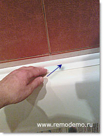 как прикрепить плинтус в ванной на углы каш воде